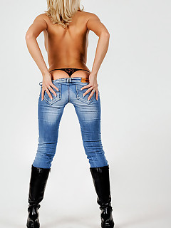 Biggest arse beauties in jeans