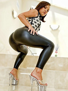 Gals with buble rump in black leggings