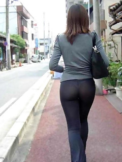 Gals with buble bum in darksome leggings