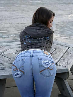 Phat booty beauties in jeans